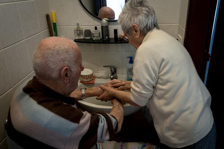 Пожилая супружеская пара из небольшого городка на севере Италии соблюдает главное правило – почаще мыть руки