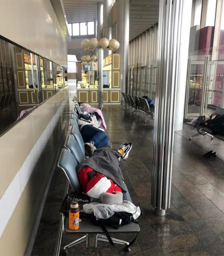 """Десятки иностранцев застряли в нейтральной зоне """"Шереметьево"""""""