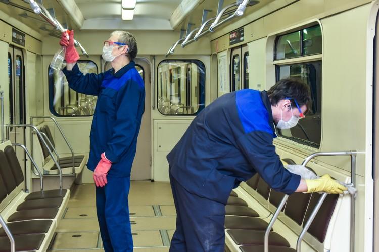 На все вагоны – 4 человека, эта работа на всю ночь.