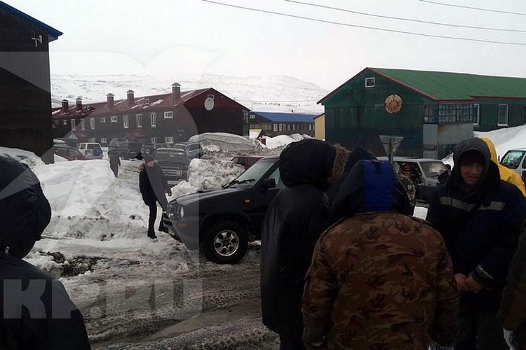 Местные жители вышли на улицу, чтобы не травмироваться.