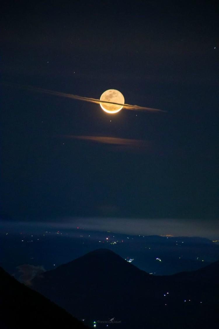 Луна, которая прикинулась Сатурном над вулканом в Гватемале.