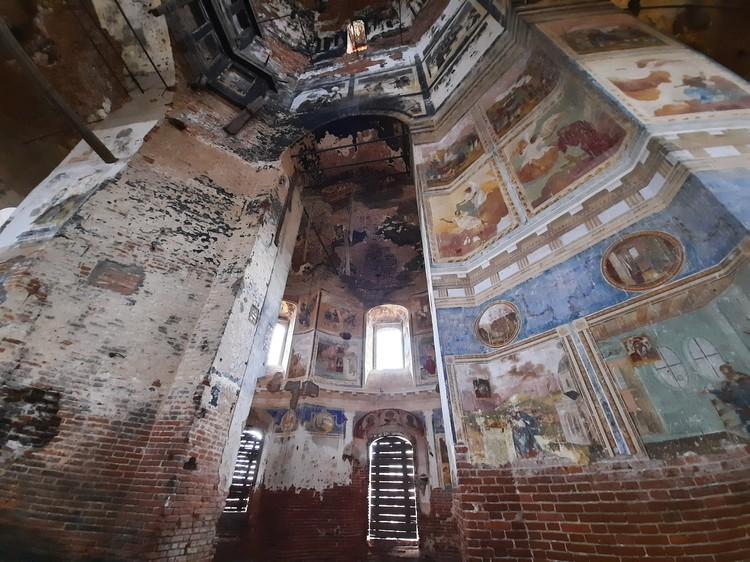 Изнутри огромное пространство покрывают фрески