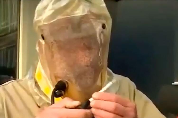 В городке Ирпень Киевской области изобретатель-самоучка сконструировал оригинальный костюм для курения во время пандемии коронавируса