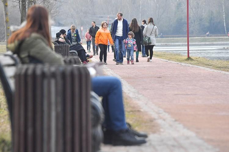 В прошедшие выходные многие москвичи проигнорировали карантин и устремились гулять в парки.