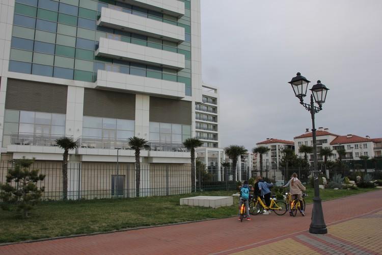 Дети катаются на велосипедах