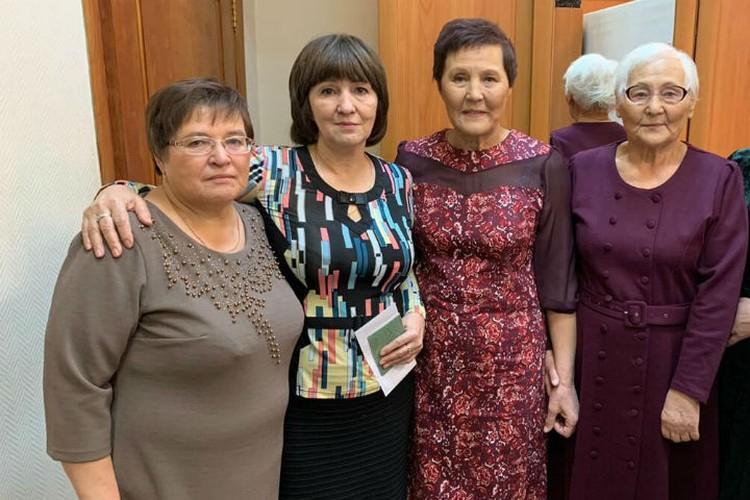 Воссоединилась большая семья: слева кровные сестры Нина и Майя, справа сестры, с которыми Нина выросла. Фото: личный архив.