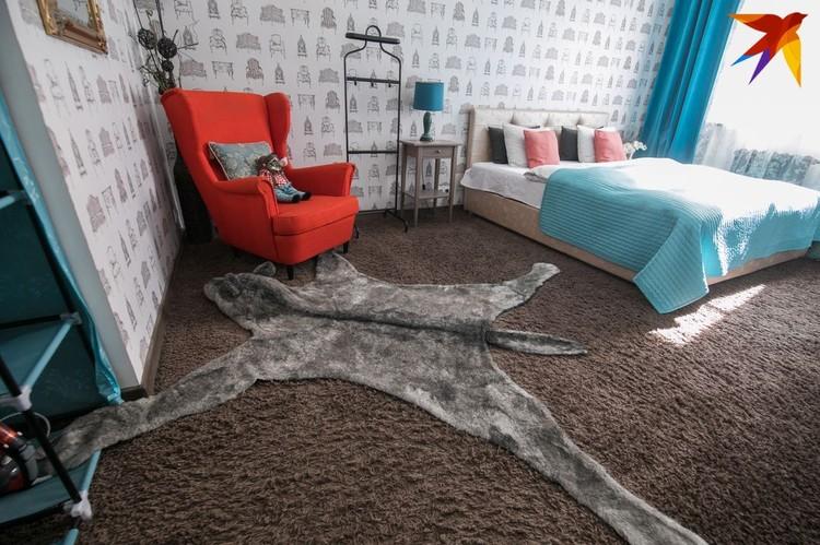 Спальню украшают обои с изображением диванов и обоев.