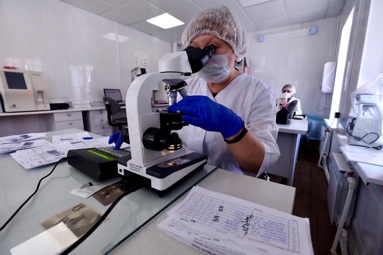 Часть тестов на коронавирус делают в больнице. Фото: пресс-служба минздрава НСО.