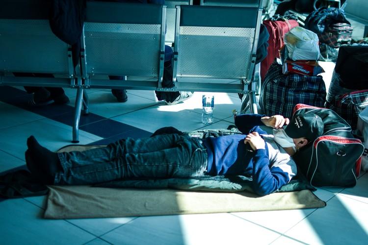 Многим приходится спать на полу.