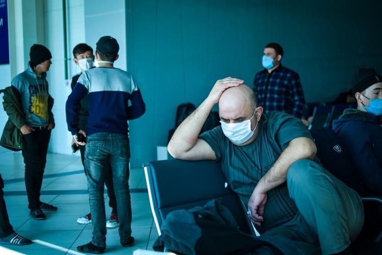 Многие из иностранцев живут в аэропорту уже вторую неделю.