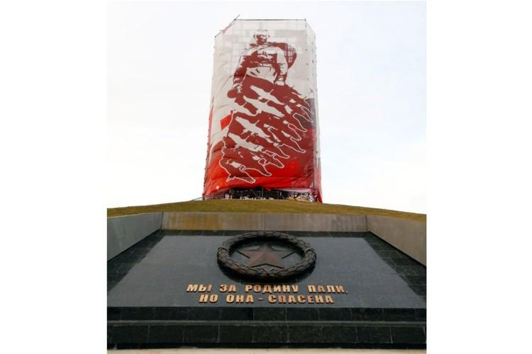 В конце марта Андрей Коробцов выложил фото, где видно, что установлен венок и надпись у подножия памятника. Фото: Андрей Коробцов/vk.com