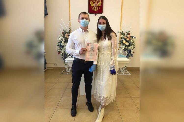 На регистрации Елена и Павел были в масках и перчатках. Фото: семейный архив.