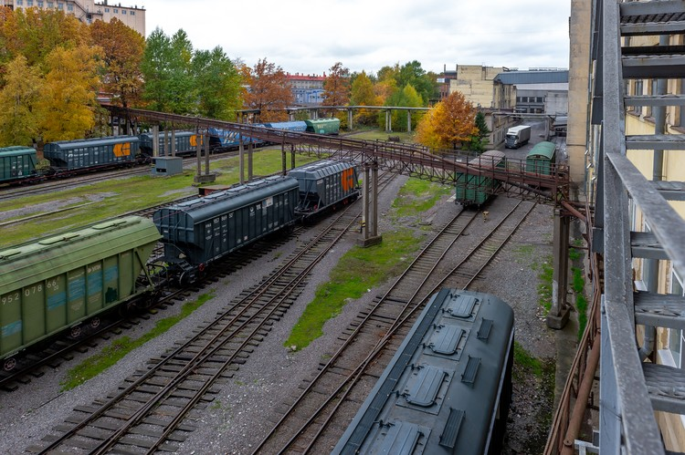 На территории комбината восемь километров железнодорожных путей