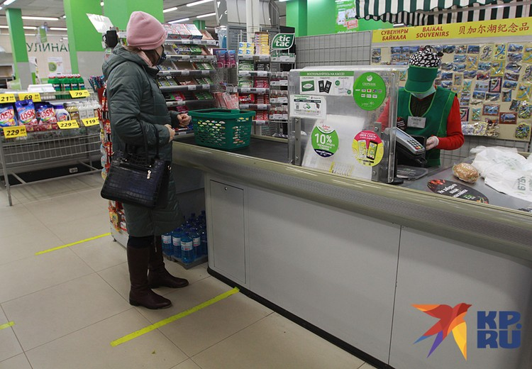 У касс магазинов нанесли разметку. От линии до линии полтора метра