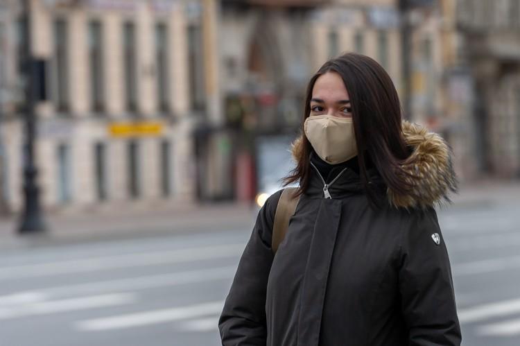 Люди в городе в большинстве своем в масках