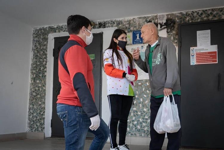 Волонтеры приходят к старикам с продуктами. Фото: Сергей Урайкин