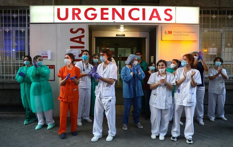 Четвертый день подряд снижается количество смертей, но по-прежнему растет число новых заболевших в Испании.