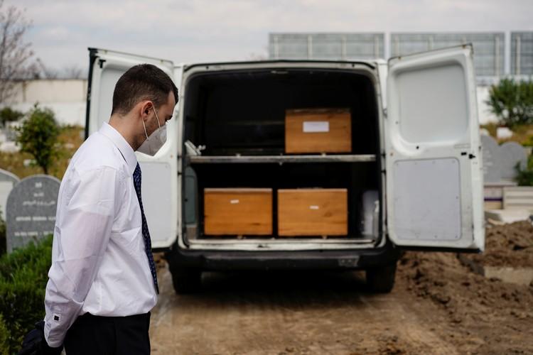 Гробы с жертвами коронавируса на военном кладбище в предместьях Мадрида.