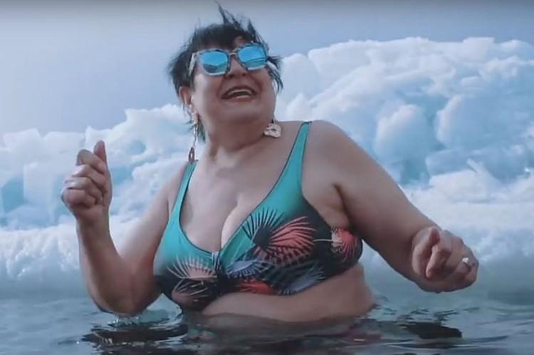 Галина во время съемок прошлогоднего клипа залезла в ледяную прорубь в 30-градусный мороз. Фото: скриншот с видео