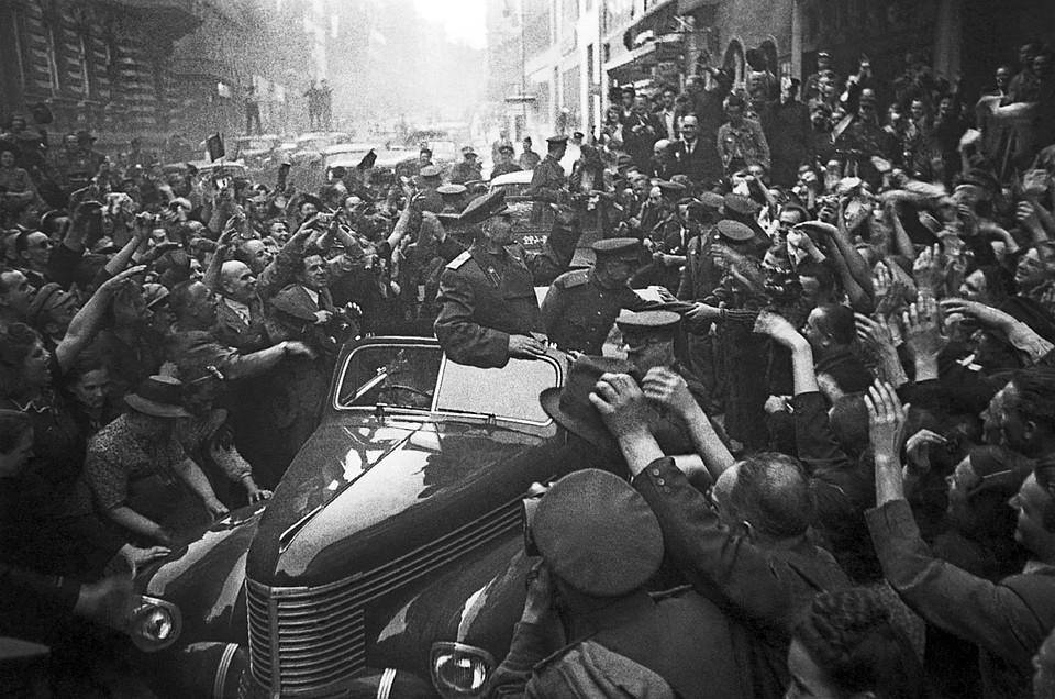 Прага, весна 1945 г. Жители города приветствуют Маршала Советского Союза Ивана Конева. Фото: ТАСС