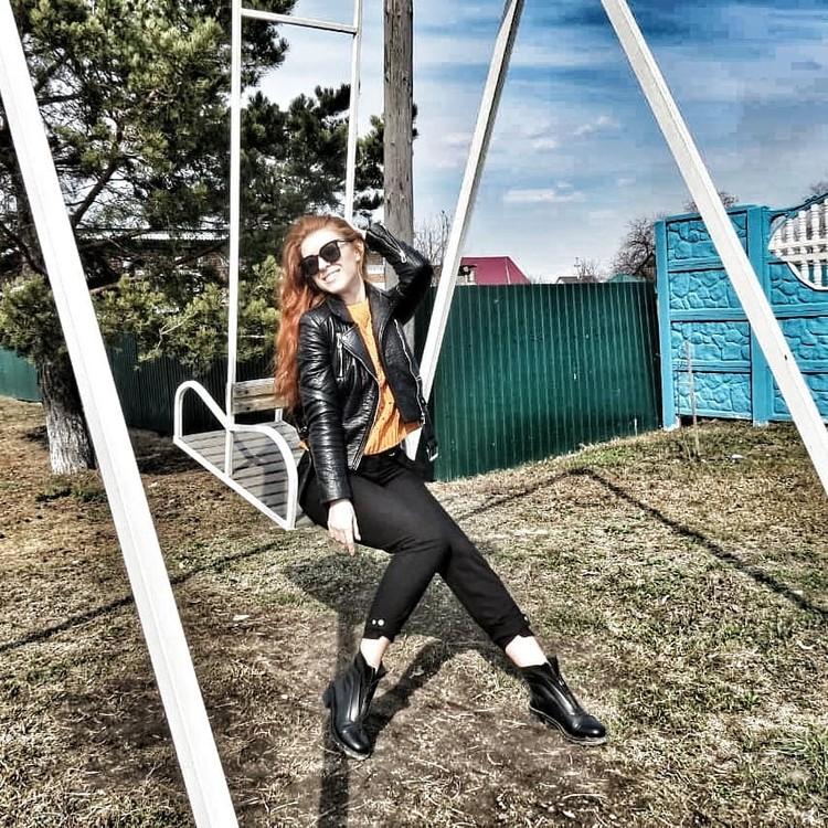 Теперь Вика проводит время в доме на качелях в Викулово. Фото: Instagram what_does_the_fox_say4