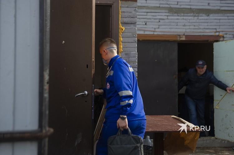 В цыганском поселке бывает, не сразу ясно в какую дверь идти