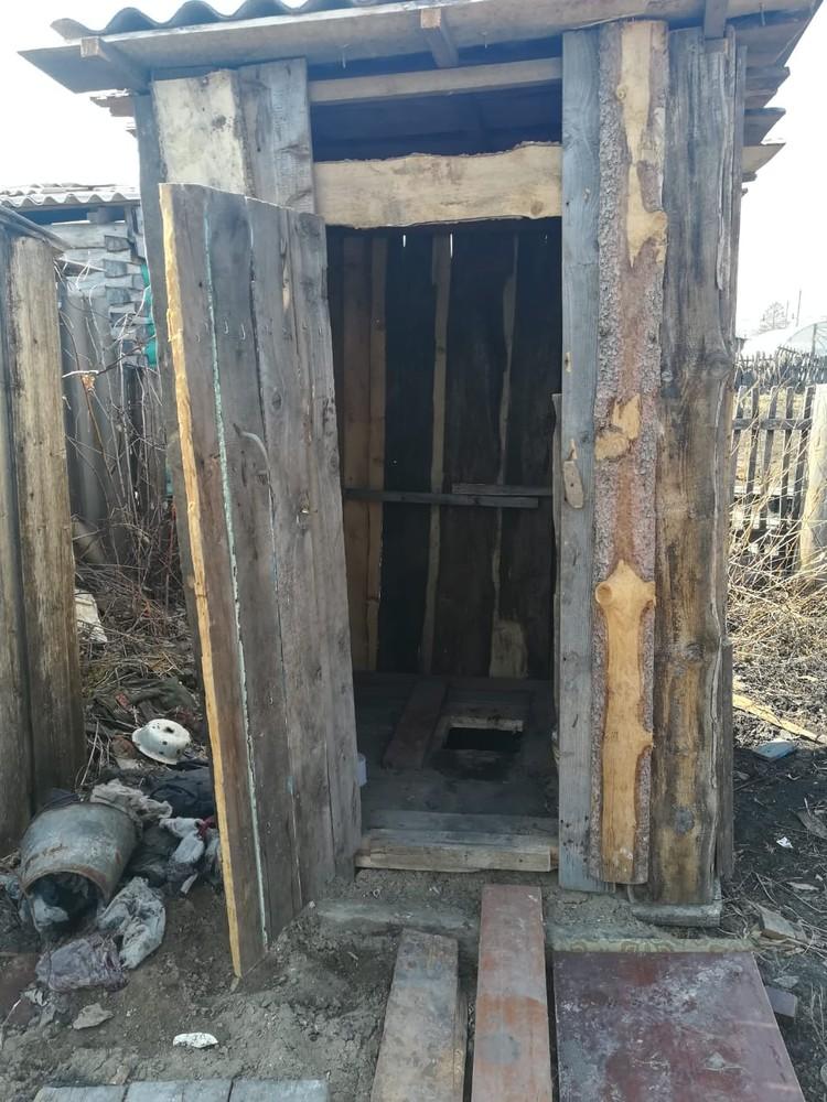 На участке были найдены окровавленные вещи. Фото: СКР по Новосибирской области.