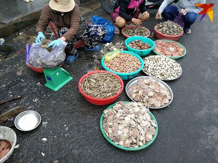 Так обычно продают вьетнамцы морепродукты на базаре в Нячанге.