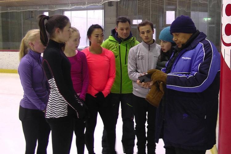 Валентин Николаев на тренировке со своими учениками.