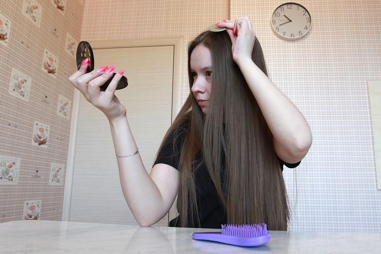 Убираем жирный блеск с волос с помощью пудры.