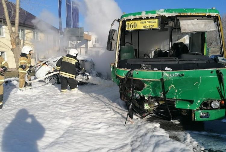 После столкновения машины загорелись. Фото: пресс-служба ГИБДД по Екатеринбургу.