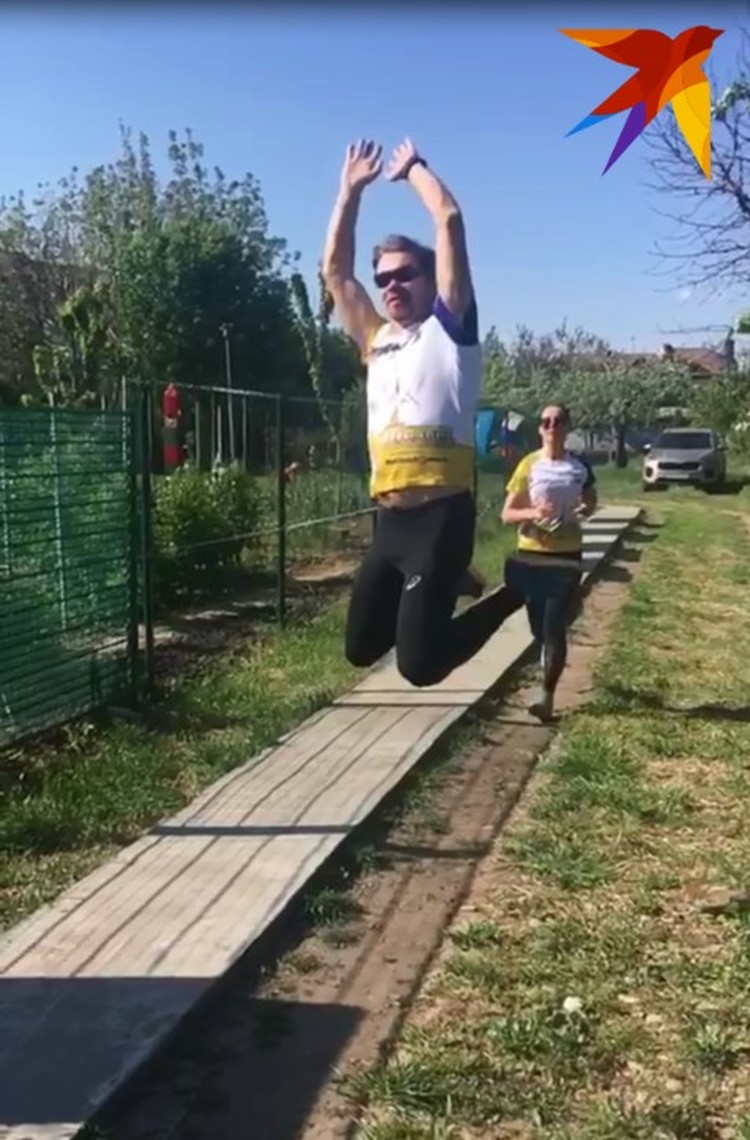 Георгий Турилов бегает в огороде. Фото: Александр Черкис