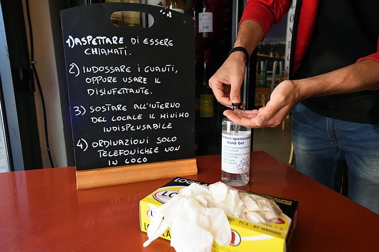 Бары и рестораны могут открыться, но только на вынос, а по-настоящему можно зайти выпить кофе у стойки - лишь с 1 июня