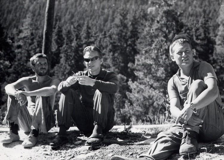 Быков (в центре) в стильных очках на съемках «Альпийской баллады». Слева – Станислав Любшин. Фото: архив Василя Быкова