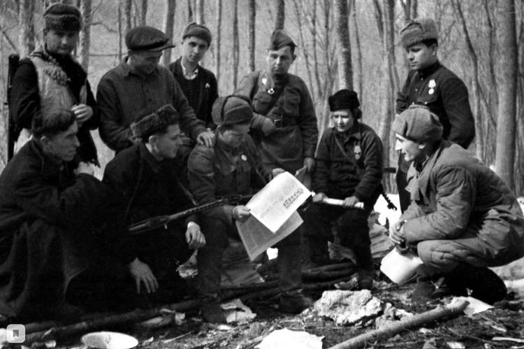 Партизаны читают газету «Правда». Автор фото: Иван Запорожский / Интернет-выставка Музея ЦДСФ