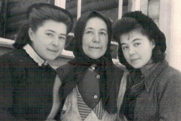 Мама Алеева (в центре). Фото: Краеведческий музей Тярлево
