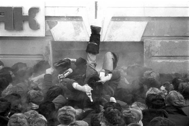 На фото бывшего фотокора «КП» Юрия Феклистова - во время антиалкогольной кампании Горбачева. Иркутск, очередь за водкой в -40 градусов.