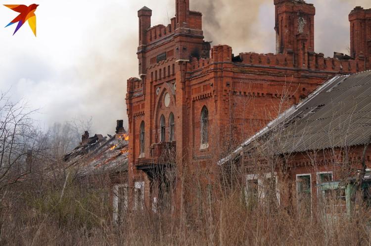 Усадьба фон Дервизов – это не только конюшни. Одни здания разрушаются сами, другим «помогают», как скотному двору 19 апреля.