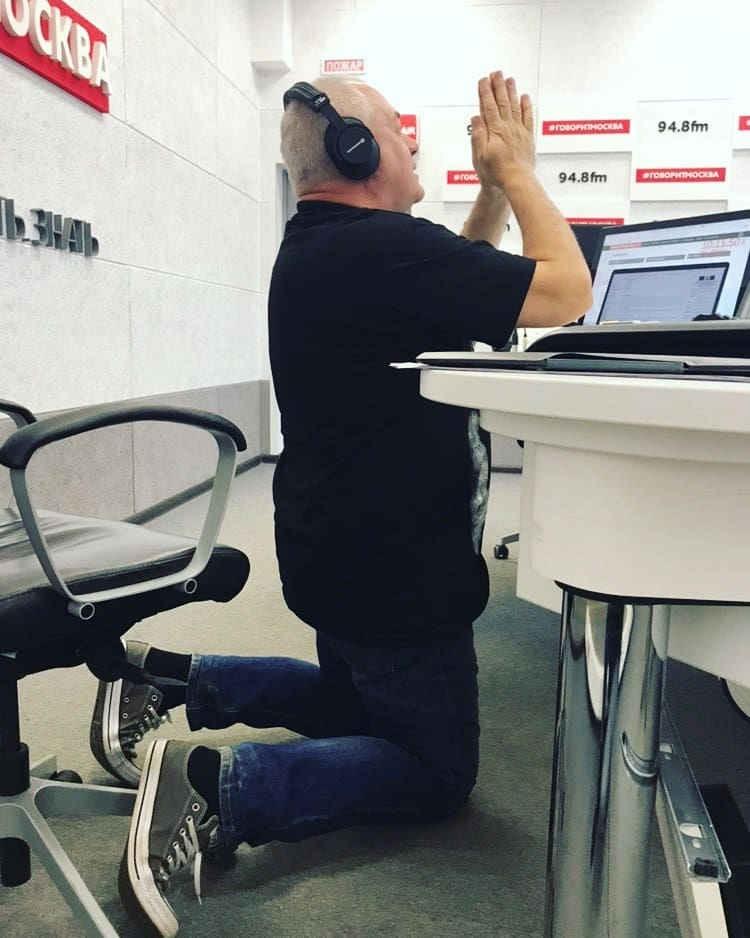 """Сергей Доренко во время эфира в студии радиостанции """"Говорит Москва""""."""