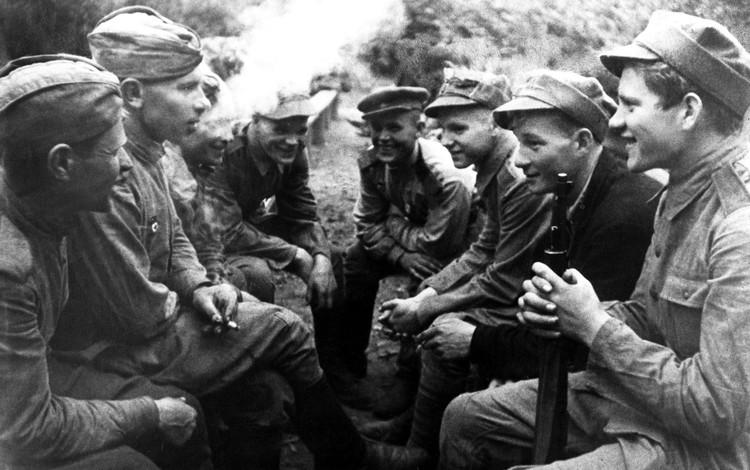 Польша. Август 1944 г. Солдаты 2-го Белорусского фронта Красной Армии (слева) и солдаты Войска Польского (справа) в перерыве между боями. Фото: Эммануил Евзерихин/ТАСС