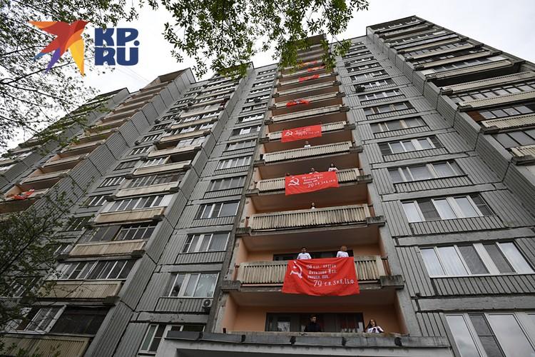 Жители московской многоэтажки целый час с балконов пели военные песни