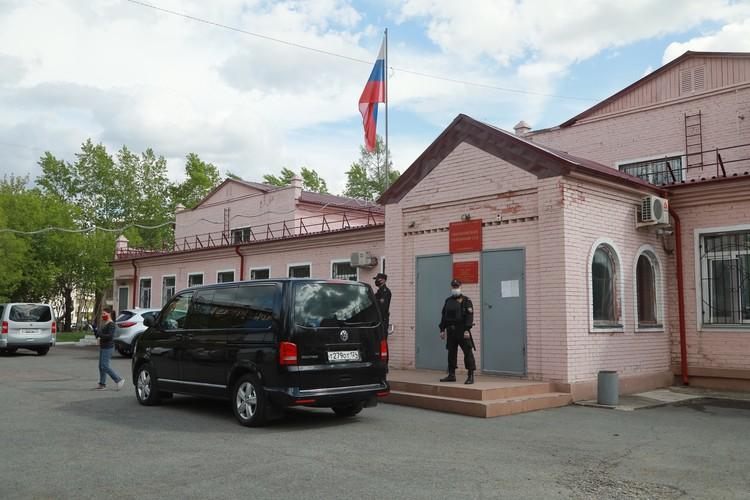 Машина, на которой Быкова привезли в зал суда, стояла возле входа на протяжении всего заседания
