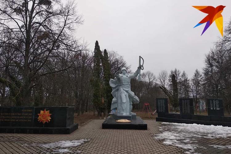 Большинство памятников воинам-освободителям в селах Украины ухожены. Фото: Л.Жуков