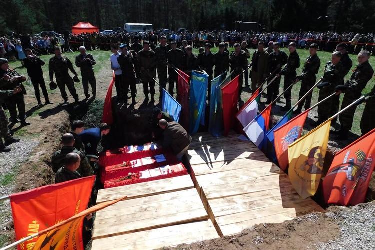 Останки солдат с почестями предают земле. Фото предоставлено Штабом новгородской «Поисковой экспедиции «Долина».
