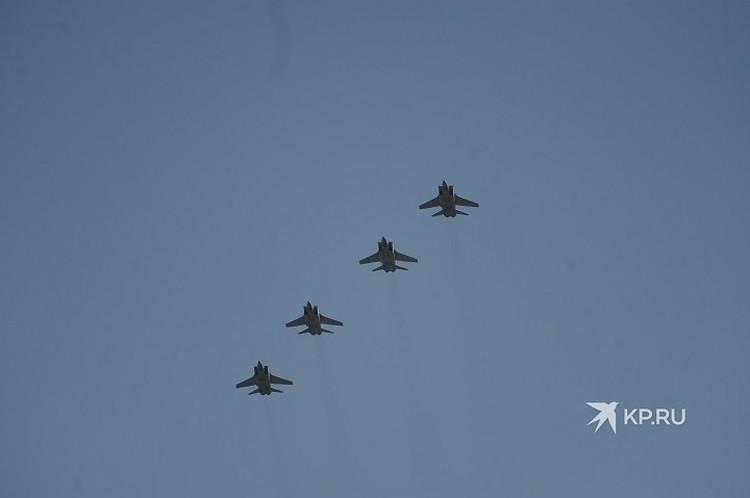Военная техника в небе над Екатеринбургом