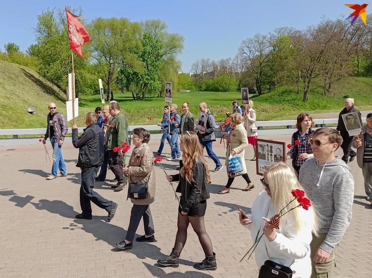 В крепость идут участники акции «Бессмертный полк» с портретами воевавших родственников.