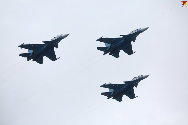 Новинка авиапарада – российские истребители Су-30СМ.
