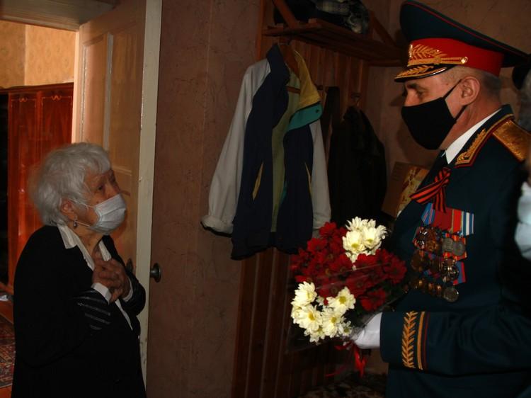 Ветеранов растрогали такие поздравления. Фото: предоставлено Сибирским округом войск национальной гвардии РФ.