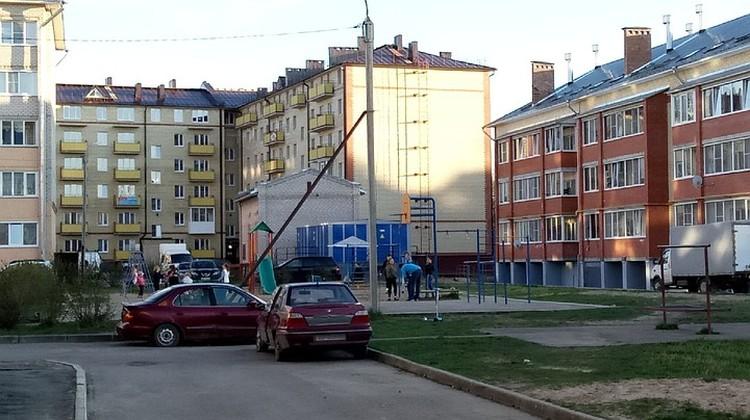 Напротив больницы -детская площадка, где гуляют дети. (Фото сделано около 19:00 9 мая)