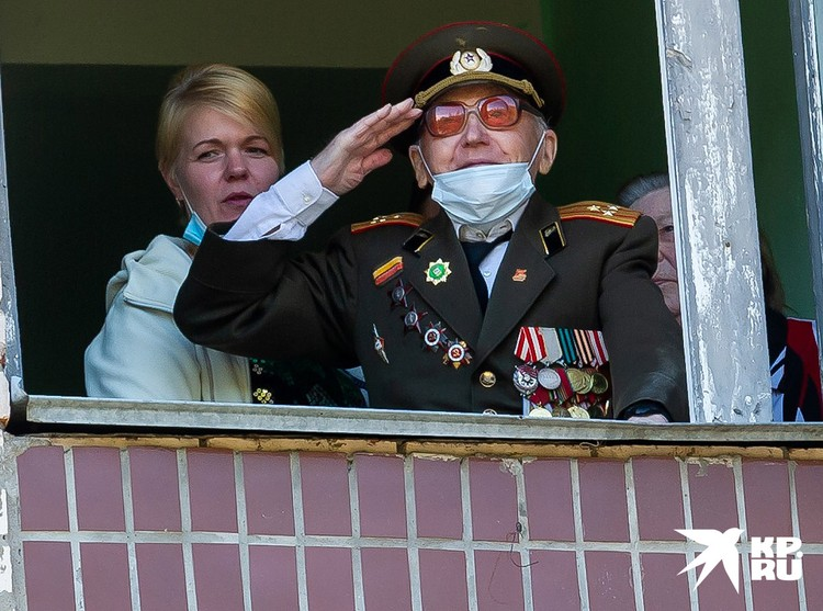 Для 104-летнего Валентина Прокофьевича Рослякова из Сестрорецка во дворе дома устроили настоящий праздник.